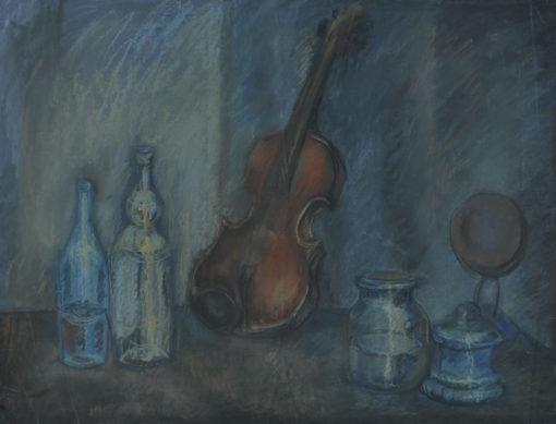 Obraz wykonany w latach 50-tych w technice pasteli przedstawia kompozycję ze skrzypcami