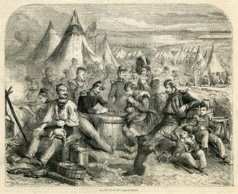 """Francuski drzeworyt przedstawia francuskich żołnierzy grających w szachy w obozie na Krymie. Grafika pochodzi z 1855 roku i była publikowana w magazynie """"L'Illustration"""""""