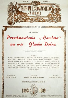 """Afisz zapowiadający premierę przedstawienia """"Hamleta"""" we wsi Głucha Dolna  w reżyserii Ivo Bresana z Teatru im. Juliusza Słowackiego w Krakowie w 1989."""