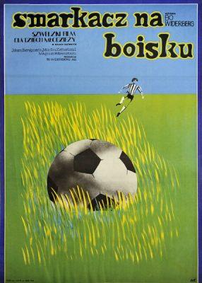 """Plakat filmowy do szwedzkiego filmu dla dzieci i młodzieży """"Smarkacz na boisku"""". Reżyseria: Bo Widerberg. Projekt plakatu: Rene Mulas"""