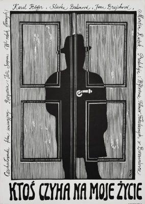 """Plakat filmowy do czechosłowackiego  filmu """"Ktoś czyha na moje życie"""". Reżyseria: Jiri Sequens. Projekt plakatu: JERZY FLISAK"""